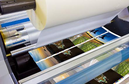 φωτογραφία που δείχνει τη διαδικασία πλαστικοποίησης σε επαγγελματικές κάρτες