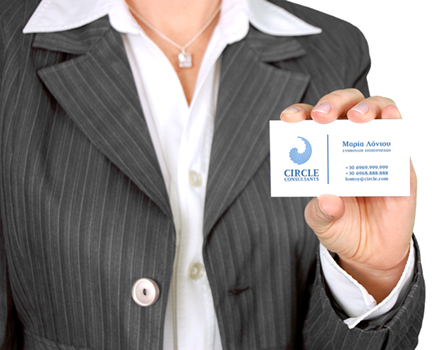 Φωτογραφία γυναίκας ντυμένης με ταγιέρ που μας δείχνει την λιτά σχεδιασμένη επαγγελματική της κάρτα