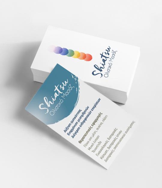 Φωτογραφία με ένα μικρό πάκο επαγγελματικές κάρτες σε χαρτί velvet 300