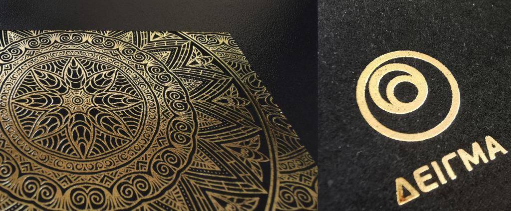 σύνθεση που έχει αριστερά μια επαγγελματική κάρτα σε μαύρο χαρτί με χρυσοτυπία και δεξιά λεπτομέρεια της ίδιας κάρτας