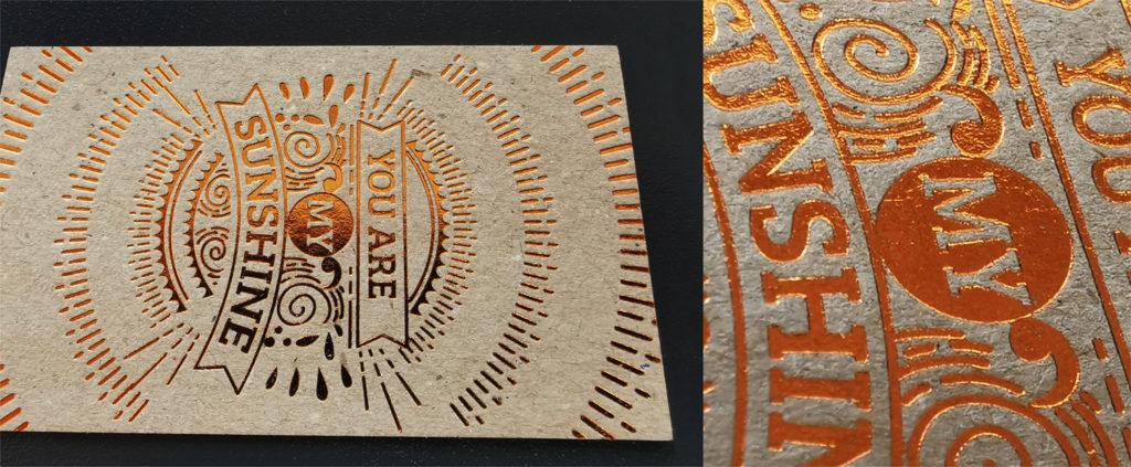 σύνθεση που έχει αριστερά μια επαγγελματική κάρτα σε χαρτί craft με μπρονζέ χρυσοτυπία και δεξιά λεπτομέρεια της ίδιας κάρτας