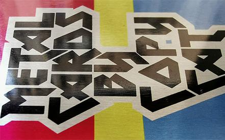 τμήμα μεταλλικής επαγγελματικής κάρτας σε διάφορα χρώματα που δείχνει πως γυαλίζουν