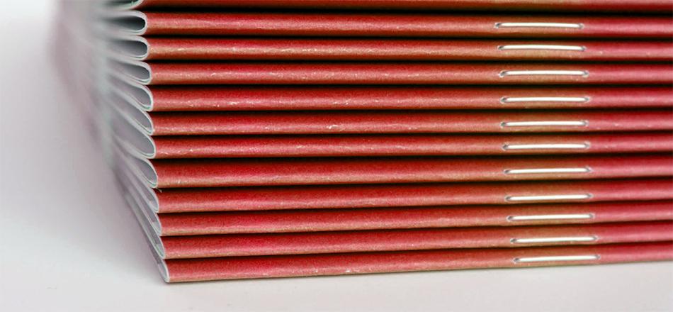 Φωτογραφία από στιβαγμένα έντυπα δεμένα με βιβλιοδεσία καρφίτσας