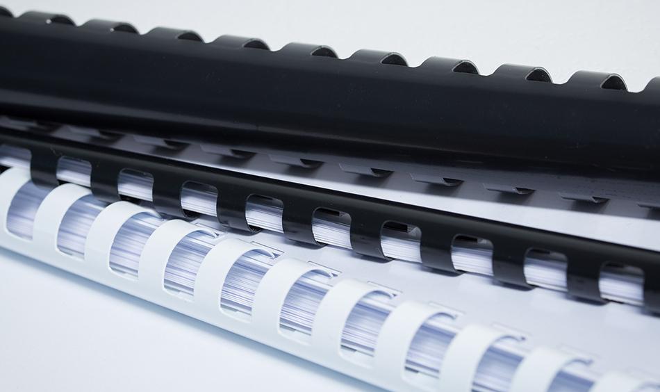 Φωτογραφία από λευκά και μαύρα πλαστικά σπιράλ για βιβλιοδεσία